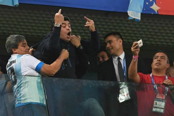Hành động xấu xí của Maradona trên khán đài được ghi lại.