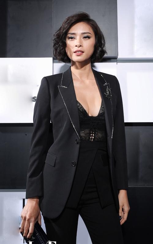 Ngô Thanh Vân khoe vẻ gợi cảm khi mix áo ren xẻ sâu với vest. Tại sự kiện, chị được vinh danh ở hạng mục giải thưởng Người phụ nữ của năm.