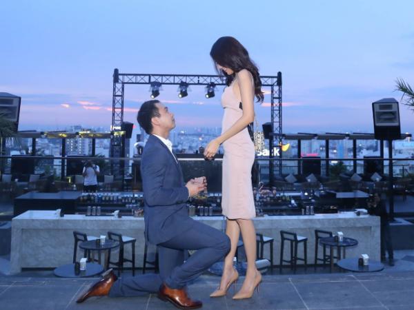 Ngày 27/6 Lan Khuê được bạn trai cầu hôn lãng mạn, chính thức xác nhận mối quan hệ sau nhiều tin đồn. Chồng sắp cưới của cô là một doanh nhân thành đạt và không lạ mặt trong giới kinh doanh và cả showbiz Việt.