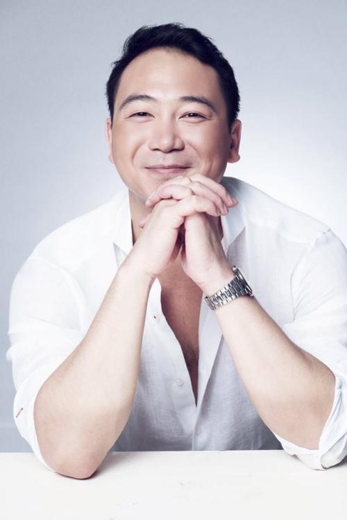 Tuấn John năm nay 32 tuổi, khá nổi tiếng trong giới kinh doanh ở Nha Trang. Anh là cháu của chồng Á hậu Dương Trương Thiên Lý. Nói về khả năng kinh doanh, anh được nhận xét là người thành đạt.