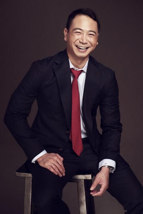Bạn trai Lan Khuê đang được gia đình giao quản lý một resort, chuỗi lounge nổi tiếng. Ngoài ra, Tuấn John còn giữ chức Phó chủ tịch Hiệp hội quảng bá du lịch Nha Trang.