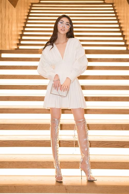 Tường Linh chọn bộ trang phục màu trắng chất vải linen được ưa chuộng trong mùa hè.