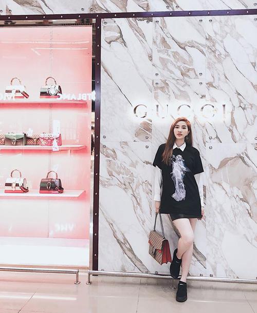 Tuy khá kín tiếng nhưng Bảo Thy cũng là một tay chơi hàng hiệu của Vbiz. Trong những chuyến vi vu khắp Âu Á, người đẹp luôn tranh thủ mua sắm váy áo, phụ kiện. Độ chịu chơi của Bảo Thy thể hiện ở việc có lần nữ ca sĩ chi cả trăm triệu để sắm một lúc 15 đôi giày.
