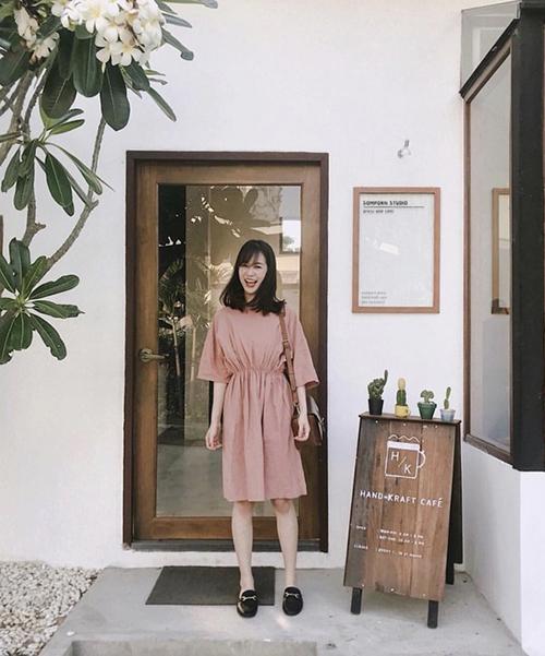 Chỉ cần một cánh cửa, một bức tường trơn màu hay đơn giản một chiếc bàn nhỏ, một chậu cây nhỏ xinh cũng đã đủ giúp bộ trang phục của bạn trông nổi bật hơn hẳn.