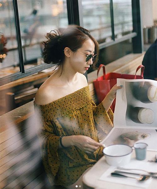 Khi ngồi ở bàn, bạn cũng có thể chụp những bức hình ảo diệu bằng cách chụp cận lấy nửa người. Nếu có thêm hiệu ứng xóa phông thì hình ảnh của bạn sẽ càng thêm long lanh, sang chảnh.