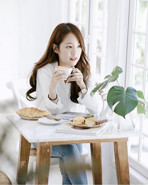 Để bức hình trông thật tự nhiên, hãy hạn chế tạo những dáng quá nhàm như nhìn thẳng vào ống kính và mỉm cười. Bạn có thể vờ như đang đọc sách, ăn bánh, uống trà, hất tóc... tạo cảm giác đầy chân thực.