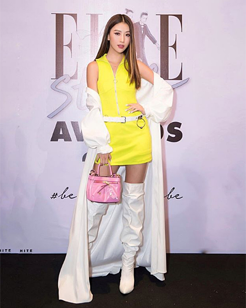 Quỳnh Anh Shyn gia nhập hội những mỹ nhân sai lầm về màu sắctrang phục khi kết hợp tông vàng chanh và trắng, chưa kể đến chiếc túi xách hồng rực.