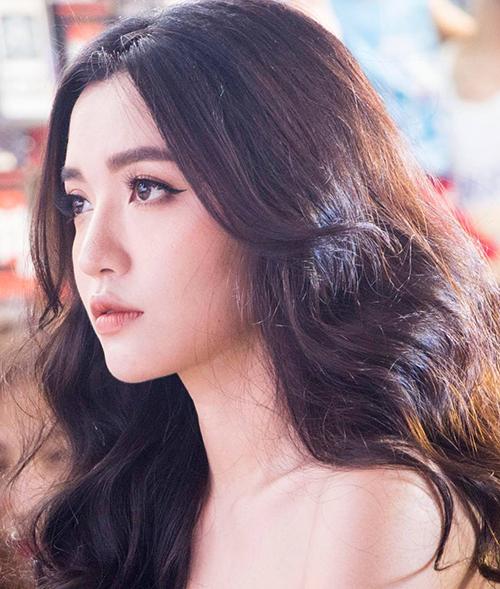 Góc mặt này giúp Bích Phương khoe được đôi mắt to, bờ môi hững hờ ngây thơ mà đầy gợi cảm cùng cổ dài sexy.