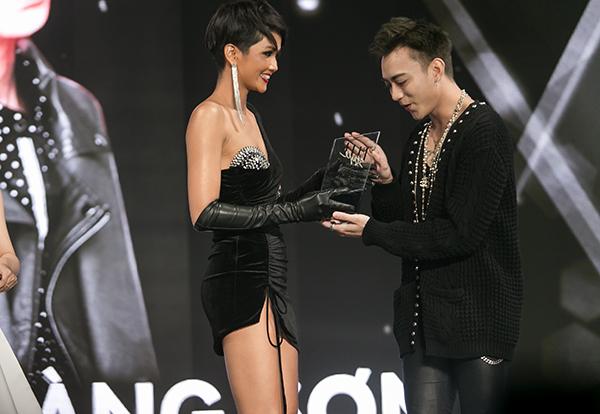 Diện trang phục táo bạo, HHen Niê tự tin trao giải ctrao giải thưởng Nam ca sĩ phong cách nhất của năm cho ca sĩ Soobin Hoàng Sơn