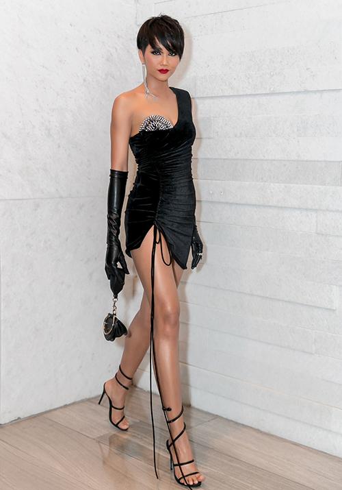 Chiếc váy của HHen Niê không chỉ có kiểu dáng một mất một còn lạ mắt mà còn xẻ cao đến gần hông. Không ít người lo lắng Hoa hậu sẽ hớ hênh khi bước đi với chiếc đầm siêu ngắn này.
