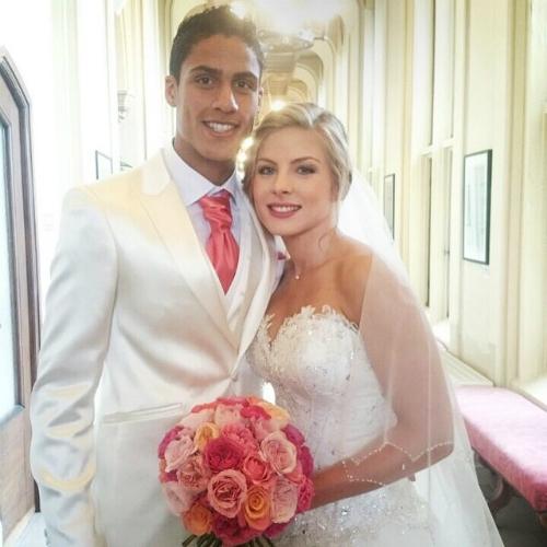 Varane và Camille quen biết nhau từ thuở nhỏ, cùng học chung trường và kết hôn vào tháng 6-2015 tại Pháp. Hiện tại, cả hai đã có một nhóc tì vô cùng xinh xắn, cả gia đình họ sinh sống tại Tây Ban Nha.