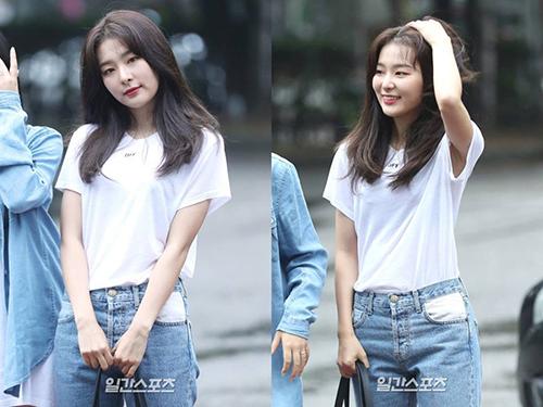 Mái tóc dày, suôn mượt của Seul Gi là điều khiến nhiều cô gái mơ ước. Chỉ mặc áo phông trắng, quần jean nhưng cô nàng vẫn toát lên khí chất girl crush.