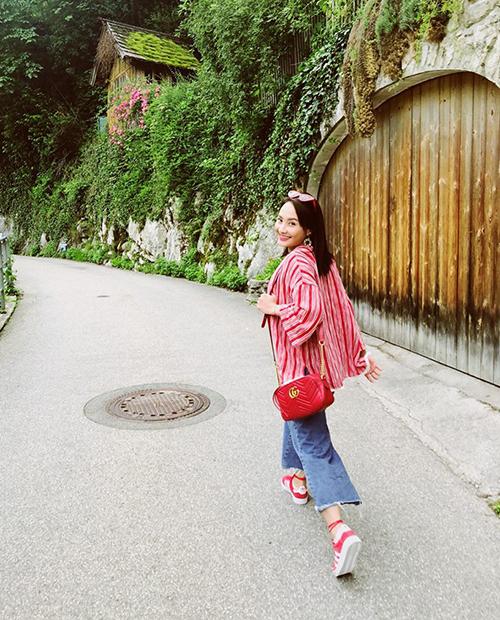 Bảo Thanh lên cả cây đồ đỏ sặc sỡ nổi bần bật giữa khung cảnh thanh bình của đường phố châu Âu.