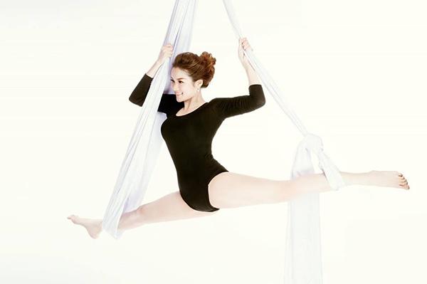Thủy Top chứng minh là bậc thầy yoga với màn xoạc trên dây rất điệu nghệ.