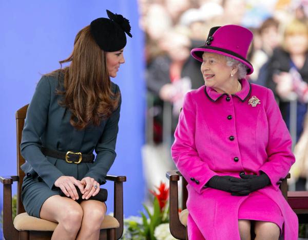 Kate và Nữ hoàng bộc lộ cảm xúc một cách tự nhiên với nhau.