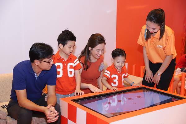 Chia sẻ tại sự kiện, ca sĩ Lưu Hương Giang và diễn viên Đan Lê nhấn mạnh tầm quan trọng của việc các bà mẹ trẻ phải tạo cơ hội và chủ động kéo chồng vào sứ mệnh chăm con khi con còn ở trong bụng mẹ.