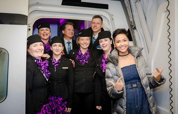 Là người đẹp đăng quang ngôi vị Hoa hậu Hoàn vũ Việt Nam, cũng từng tham gia lĩnh vực người mẫu nhiều năm nhưng đây là lần HHen Niê có chuyến xuất ngoại đầu tiên trong đời. Cô được thăm thú đất nước xinh đẹp New Zealand trên chuyến bay hạng sang Boeing 787-9 Dreamliner.