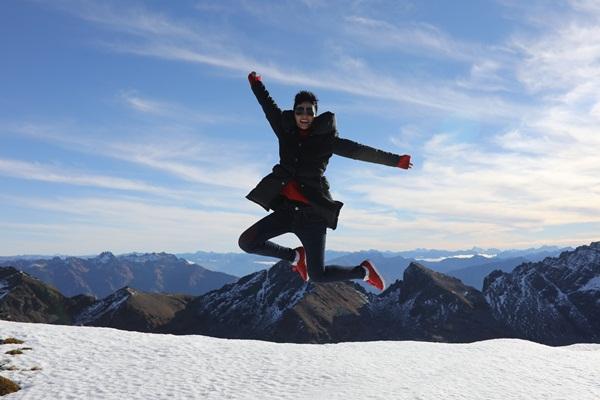 Lần đầu tiên được thấy tuyết nên HHen Niê tỏ ra phấn khích.