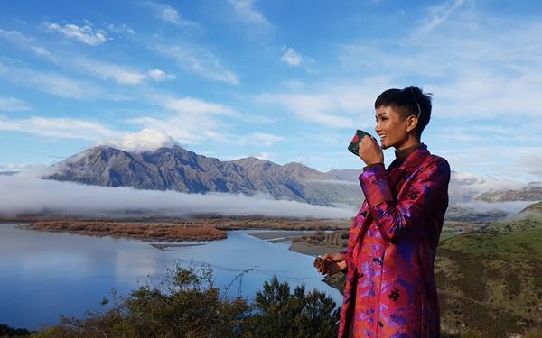 HHen Niê cảm nhận sau chuyến đi: New Zealand quả thực xứng đáng với mỹ danh thiên đường trên mặt đất với phong cảnh thiên nhiên tuyệt đẹp  và nền văn hóa độc đáo. Bạn sẽ xiêu lòng trước tất cả các địa danh ở đây cũng như cảm nhận được sự nồng hậu của người dân Kiwi