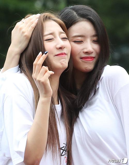 Mi Joo (Lovelyz) không còn tạo dáng lố một mình và quay sang ôm ấp cô bạn cùng nhóm.