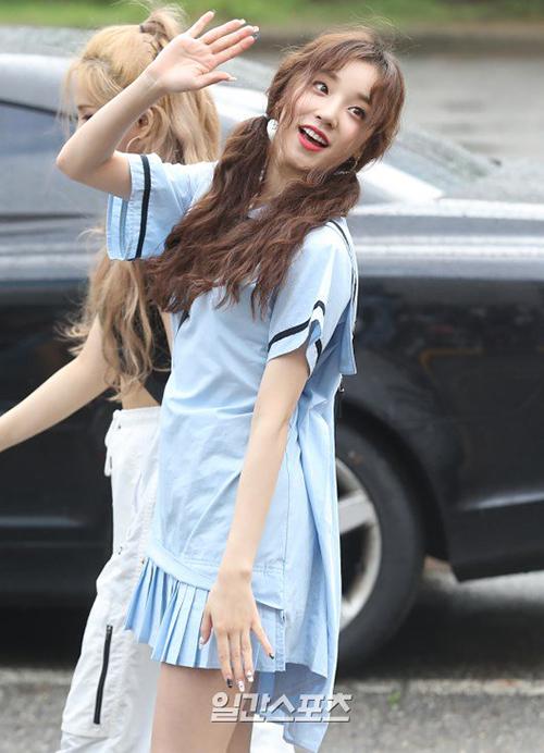 Yuqi ((G)i-dle) đáng yêu với mái tóc xù.