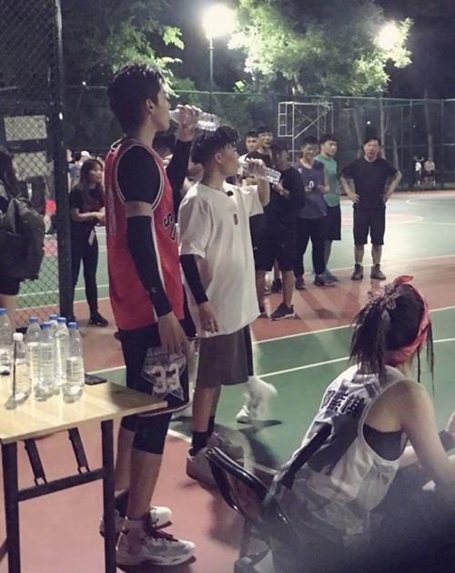 Bị bắt gặp ở sân bóng rổ, Ngô Diệc Phàm khiến fan nữ xôn xao trước vóc dáng cao ngất như soái ca trong truyện tranh.
