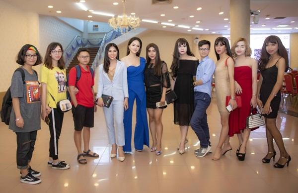 Hương Giang thân thiện chụp ảnh với cộng đồng bạn trẻ LGBT tại sự kiện.