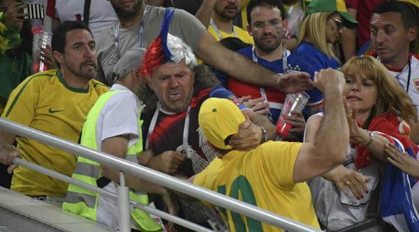 CĐV Brazil và Serbia tẩn nhau tóe lửa trên khán đài - 1