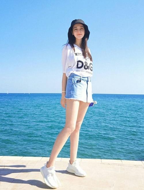 Chiều cao chưa đến 1,7m nhưng Địch Lệ Nhiệt Ba sở hữu tỷ lệ thân hình chuẩn và cặp chân thon dài hút mắt. Cô nàng được xếp vào top những sao nữ có đôi chân đẹp nhất Cbiz.