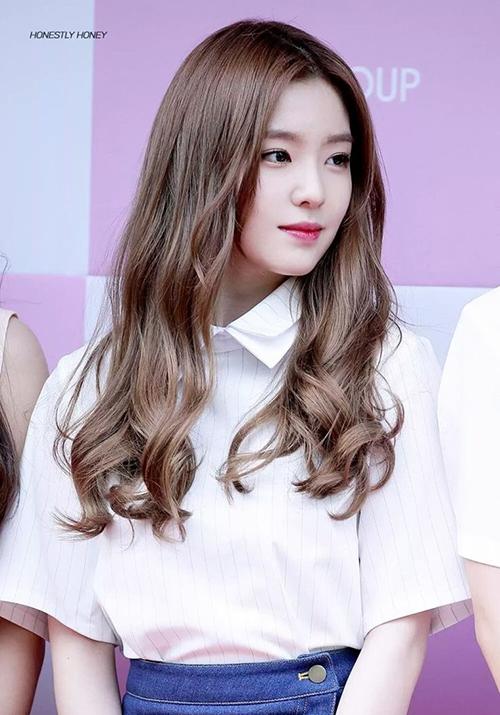 Các idol Hàn Quốc thường theo đuổi vẻ đẹp nữ tính, sang chảnh và gợi cảm, vì thế kiểu tóc xoăn sóng dài đến ngang lưng được họ yêu thích hơn cả.
