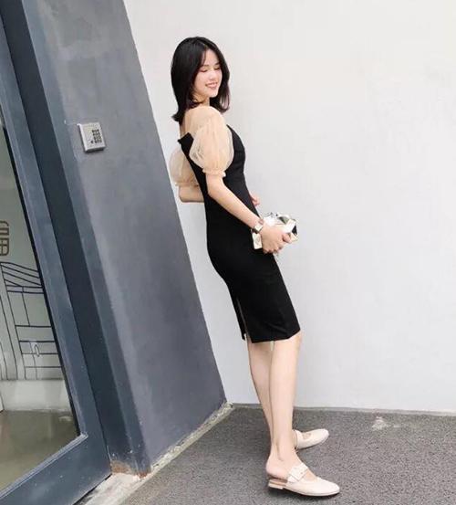 Hàng loạt hot girl Trung Quốc cũng đua nhau chụp hình với mẫu váy hot trend này.