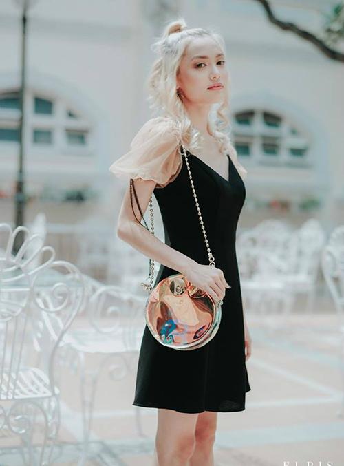 Với phần thân đen đơn giản, ôm dáng, kết hợp cùng tay bồng nhẹ nhàng đúng xu hướng, chiếc váy có thể chiều lòng từ nàng gợi cảm như Sam cho đến đáng yêu, cá tính như Fung La.