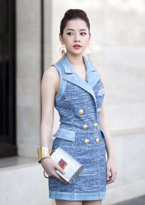 3. Ví Jimmy Choo được xem là món đồ bình dân nhất trong tủ đồ của Chi Pu khi có giá không quá 10 triệu đồng. Tuy giá cả có vẻ hạt dẻ hơn so với những món đồ khác nhưng bằng việc phối cùng bộ váy Balmain danh giá, set đồ của Chi Pu đã được nâng cấp hơn rất nhiều.