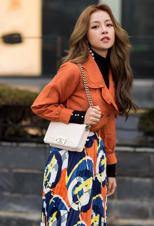 6. Trong chuyến đi công tác tại Hàn, Chi Pu thường xuyên sử dụng chiếc túi Chanel Boy gam màu trắng nền nã có giá hơn 100 triệu đồng. Đây là món đồ mà nhiều người đẹp trong showbiz cũng từng sở hữu như Ngọc Trinh, Linh Chi, Bảo Thy&