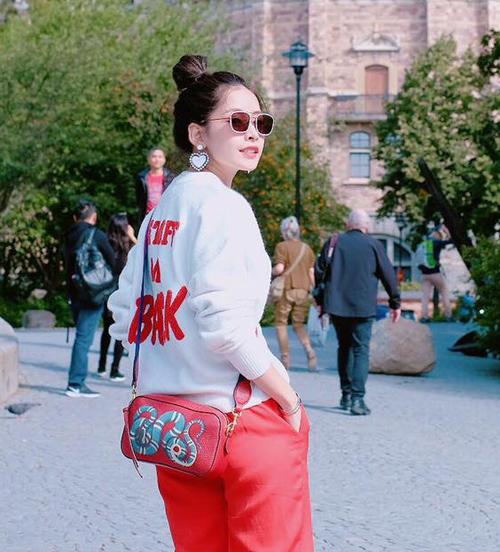 9. Phong cách thời trang của Chi Pu thêm phần khác biệt nhờ chiếc túi Gucci họa tiết rắn đặc trưng có giá gần 25 triệu đồng.