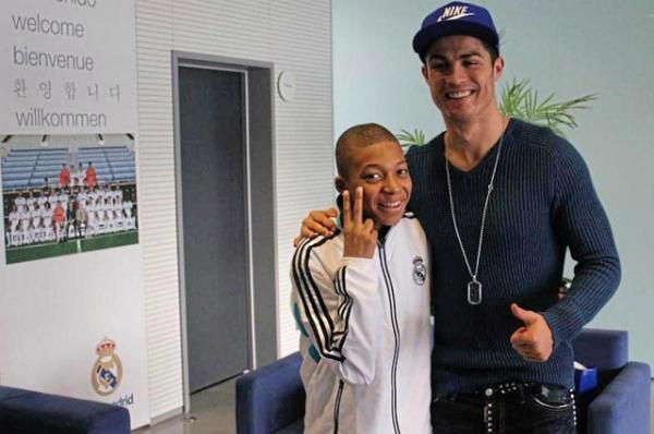 Kylian Mbappe từng là một fan nhí vô cùng hạnh phúc khi có cơ hội chụp ảnh với siêu sao Cristiano Ronaldo năm 14 tuổi.