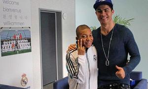 Ảnh Mbappe chụp với Ronaldo năm 14 tuổi bất ngờ hot trở lại