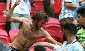 CĐV Argentina 'tẩn' nhau trên khán đài vì đội nhà bị loại