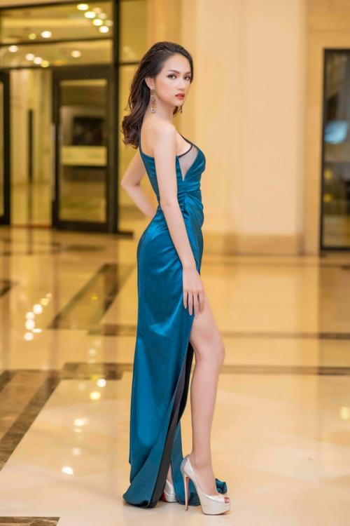 Hoa hậu Hương Giang xuất hiện với bộ cánh gợi cảm trước show diễn của NTK Hà Duy.