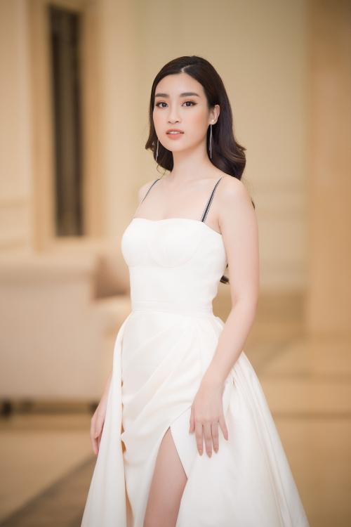 Hoa hậu Đỗ Mỹ Linh diện váy xẻ đùi