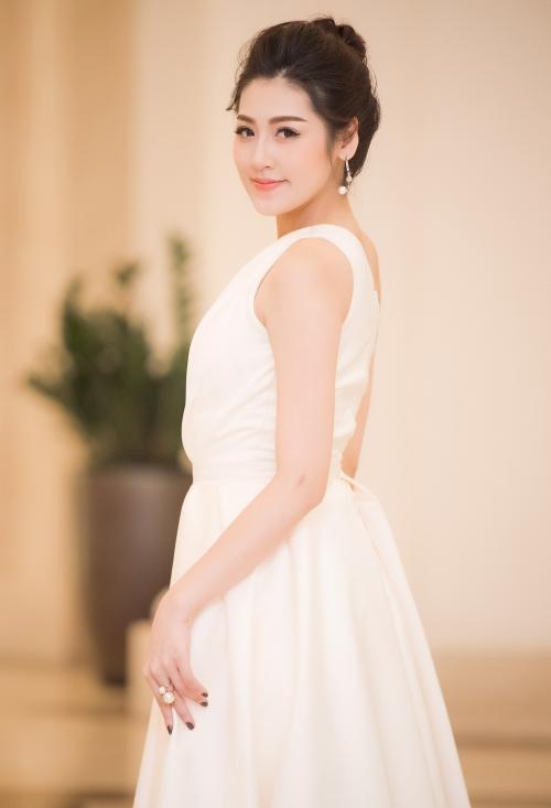 Á hậu Tú Anh khoe vẻ nõn nà trước ngày cưới đang đến gần.