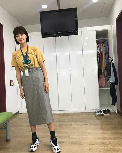 Hwang Jung Eum hack tuổi bằng tóc mái và kiểu váy kéo cao hài hước.