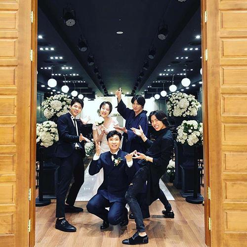 Các chàng trai INFINITE đi hát đám cưới và quẩy nhiệt tình cùng cô dâu, chú rể.