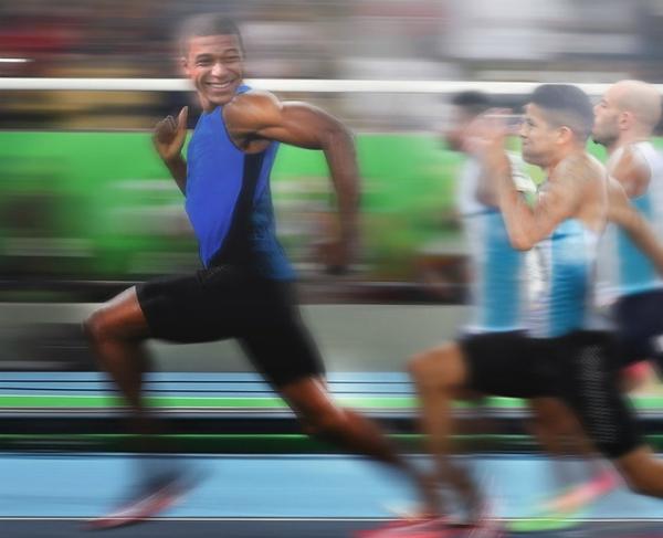 Bức ảnh thể hiện tốc độ của Mbappe khi xuyên thủnghàng lưới chắn Argentina được các thánh chế ảnh tái hiện lại.