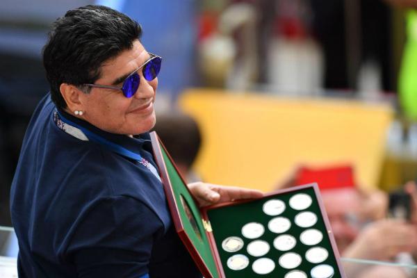 Maradona bị tước danh hiệu đại sứ vẫn được ngồi ghế VIP, phục vụ như một ông hoàng.