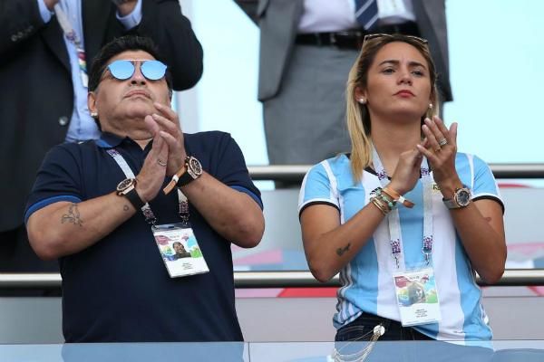 Maradona và bồ nhí Rocia Oliva xuất hiện trên khán đài trận Pháp - Argentina. Ảnh: AFP.