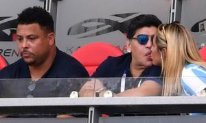 Bị tước danh hiệu đại sứ, Maradona vẫn tiếp tục làm trò lố trên khán đài