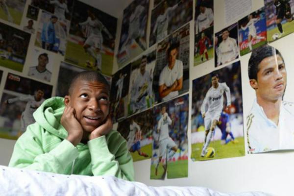 Căn phòng của Mbappe tràn ngập hình ảnh của thần tượng.