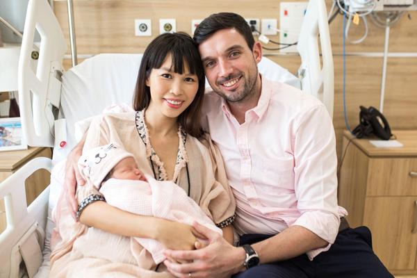 Hà Anh và ông xã nở nụ cười rạng rỡ mừng con gái cưng tròn 1 tuần tuổi.