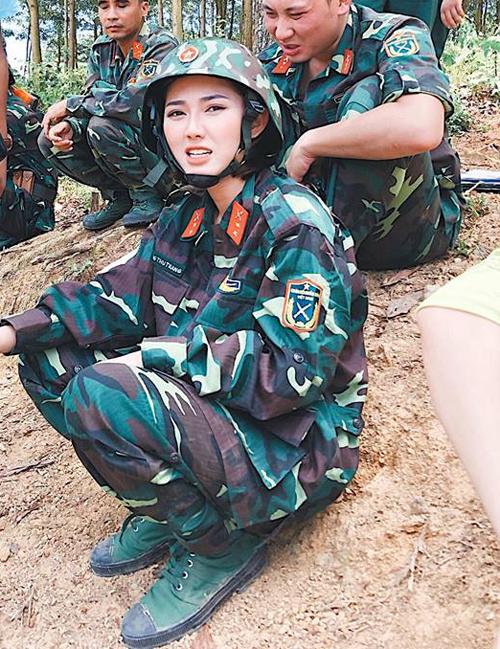 Trang Cherry diện đồ quân sự, bị chụp khoảnh khắc bất ngờ hài hước.